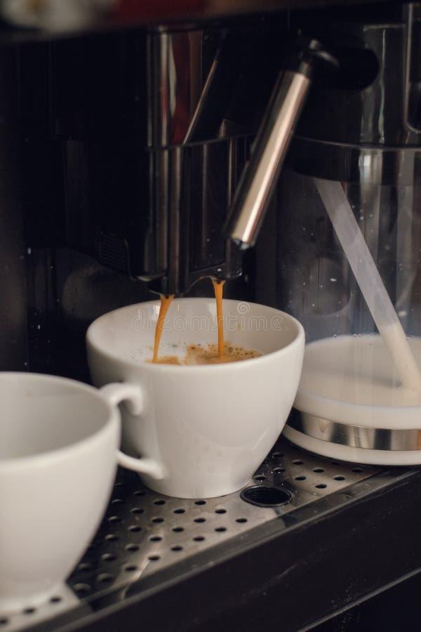 het maken van koffie in een koffiewinkel stock foto