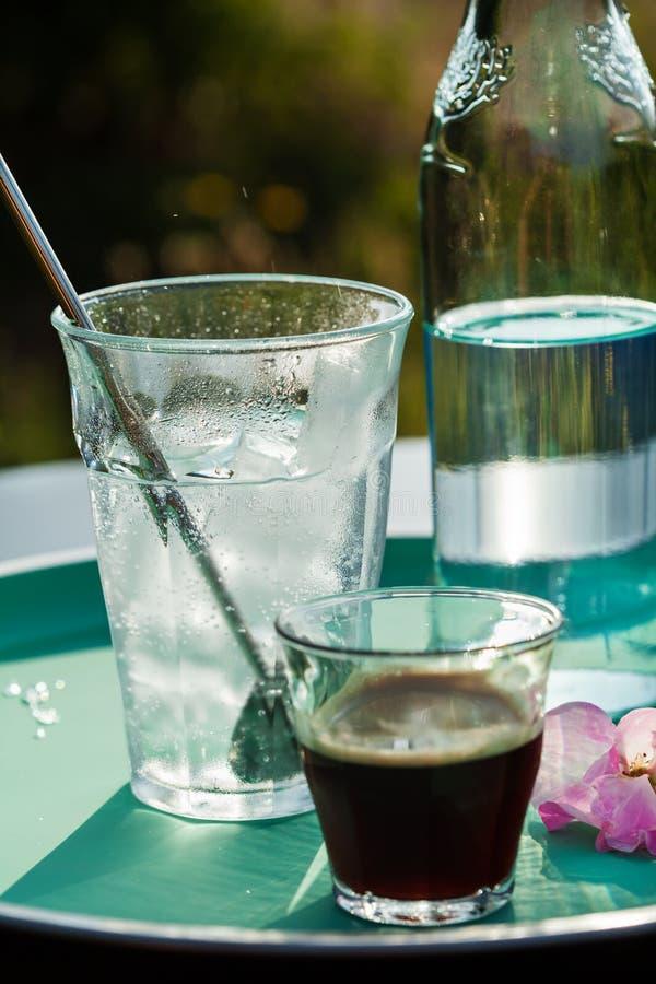 Het maken van koffie tonische drank stock afbeelding