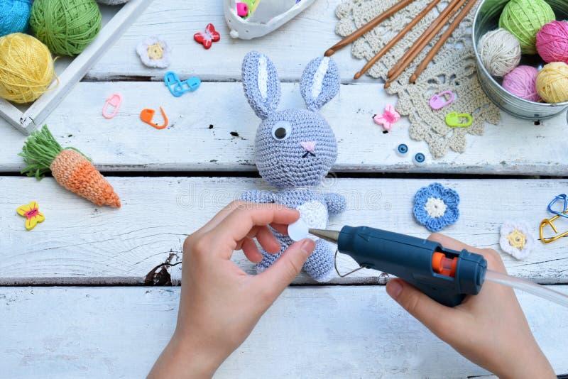 Het maken van konijn met wortel Haak konijntje voor kind Voor lijstdraden, naalden, haak, katoenen garen Stap 3 - lijmogen van st royalty-vrije stock afbeelding