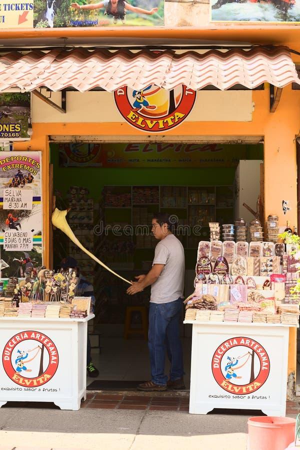 Het maken van Melcocha in Banos, Ecuador stock afbeeldingen