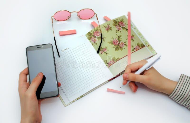 Het maken van nota's in de bedrijfsagenda stock foto