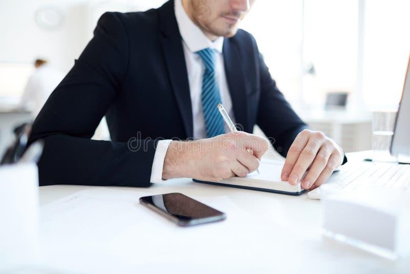 Het maken van nota's door werkplaats royalty-vrije stock afbeelding