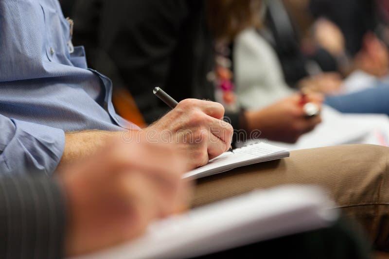 Het maken van nota's op conferentie, detail. royalty-vrije stock foto's