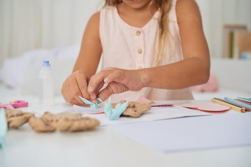 Het maken van origamikranen stock afbeeldingen