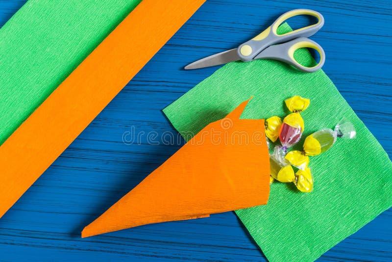 Het maken van pakket voor de zoete gift van Pasen Stap 4 stock foto