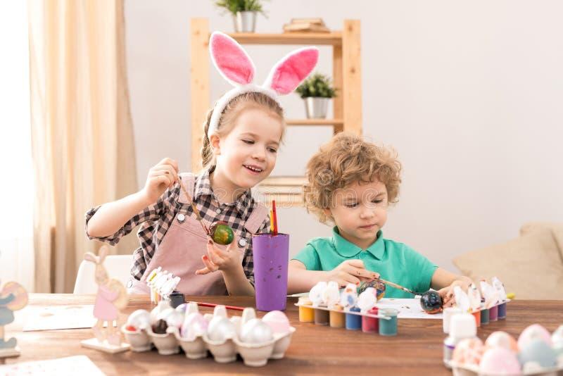 Het maken van Pasen-giften royalty-vrije stock afbeelding