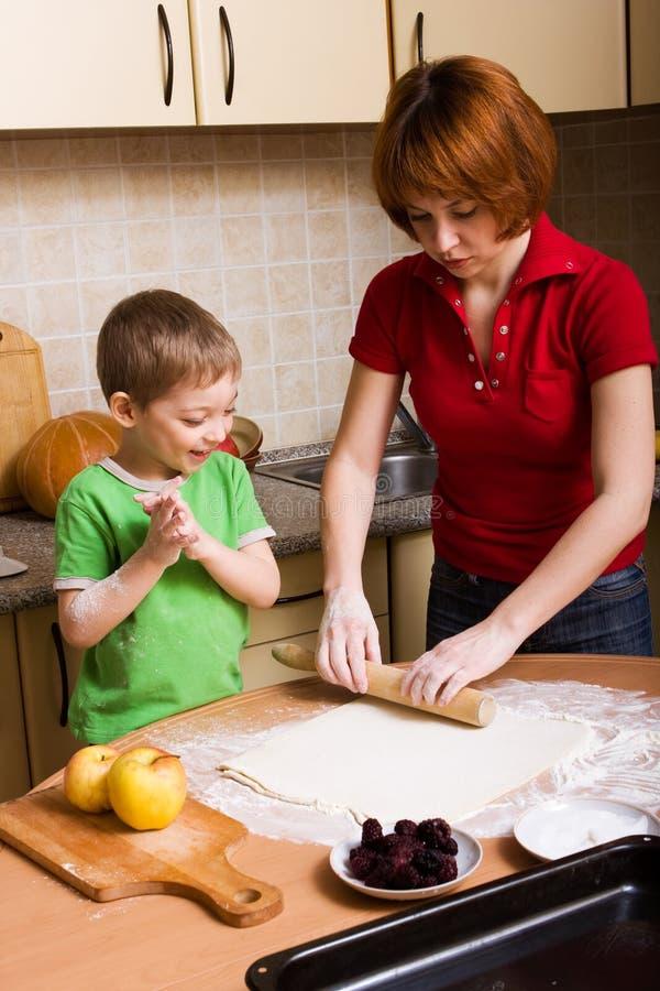Het maken van pastei stock fotografie