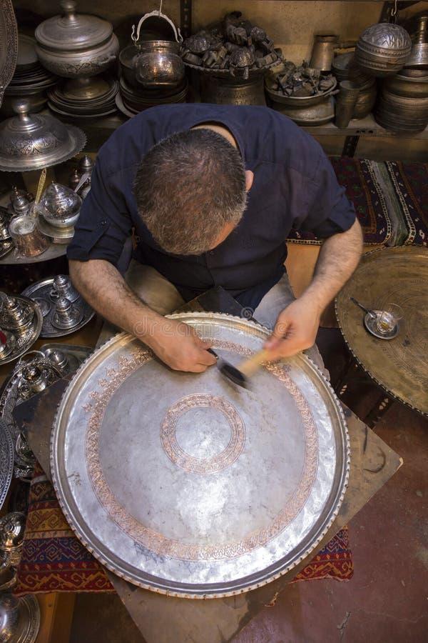 Het maken van patroon op koperdienblad, Gaziantep royalty-vrije stock afbeeldingen