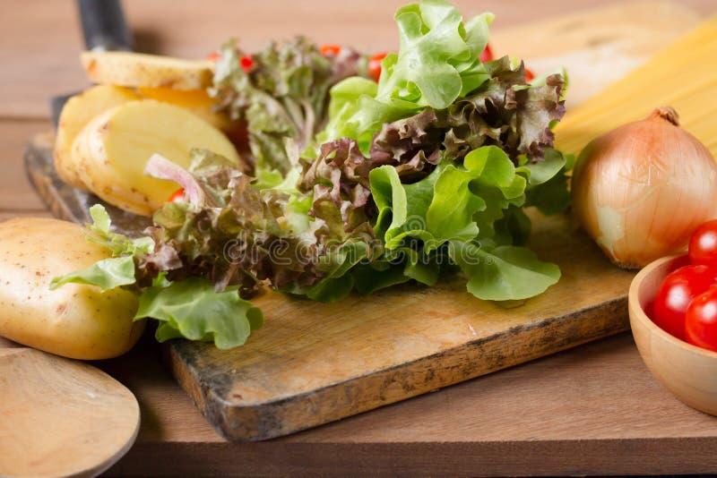 Het maken van salade voor het gezonde eten stock afbeelding