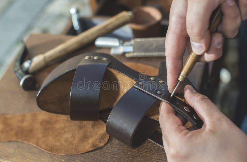 Het maken van schoenen royalty-vrije stock afbeeldingen