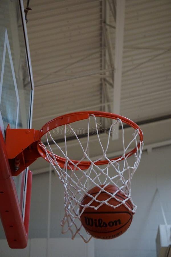 Het maken van het schot bij basketbalpraktijk royalty-vrije stock foto