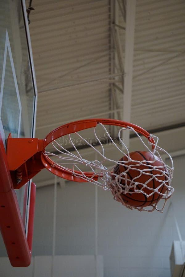 Het maken van het schot bij basketbalpraktijk stock afbeelding