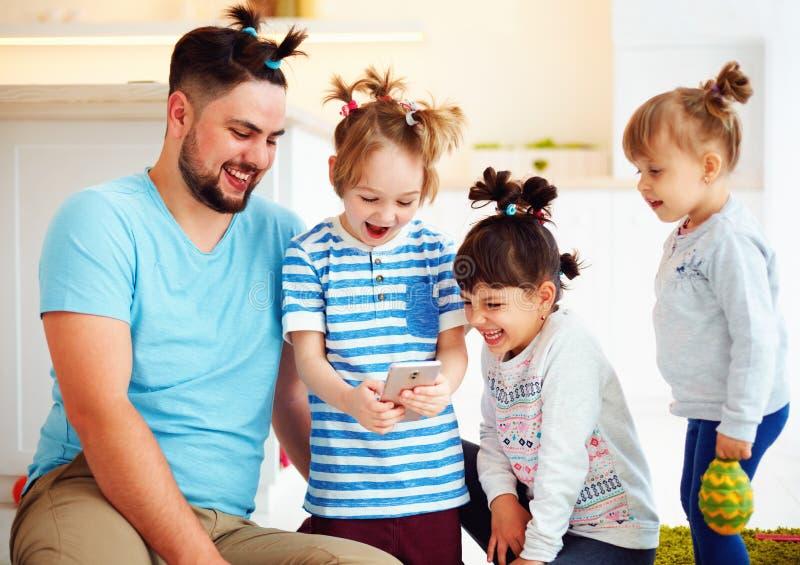 Het maken van selfie onverwacht schot met gek kapsel wanneer u huis alleen met kinderen stock foto