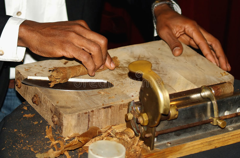 Het maken van Sigaar stock afbeelding