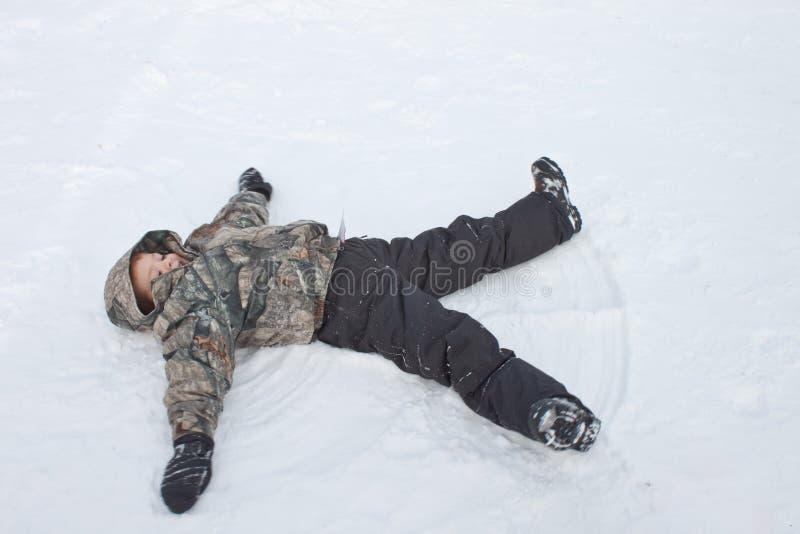 Het maken van sneeuwengelen stock afbeeldingen
