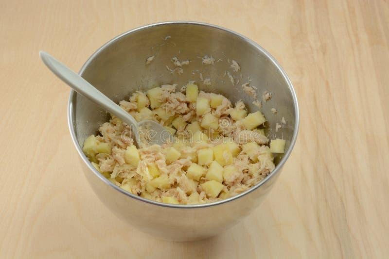 Het maken van tonijnsalade stock foto's