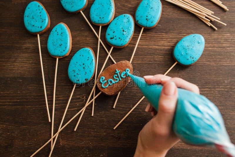 Het maken van tot Pasen blauwe cake knalt Culinair decor stock foto's