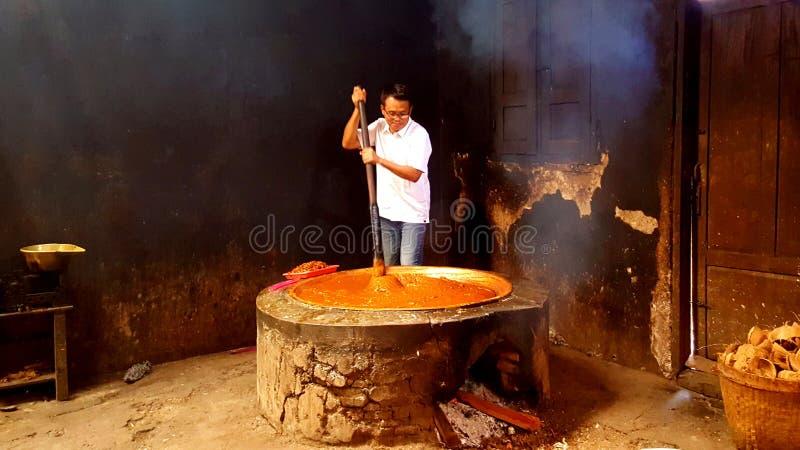 Het maken van traditioneel voedsel van rijst, suiker & melkkokosnoot stock afbeeldingen