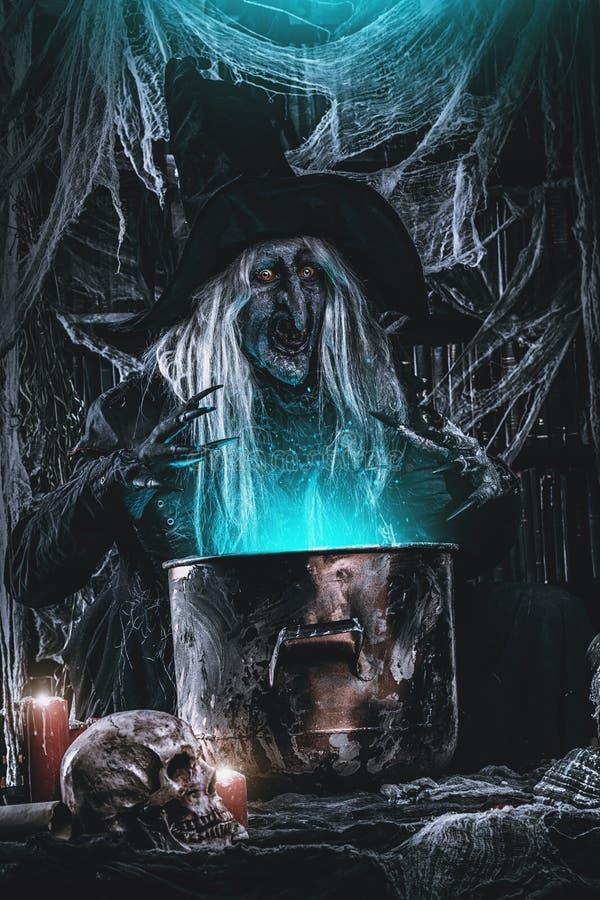 Het maken van vergift in Halloween royalty-vrije stock afbeelding