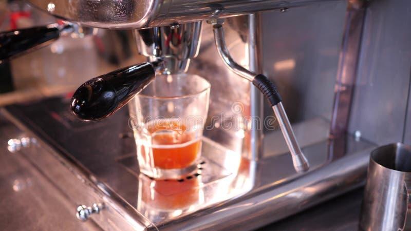 Het maken van vers sap in een groot staal juicer in een stadskoffie in langzame motie4k video stock afbeeldingen