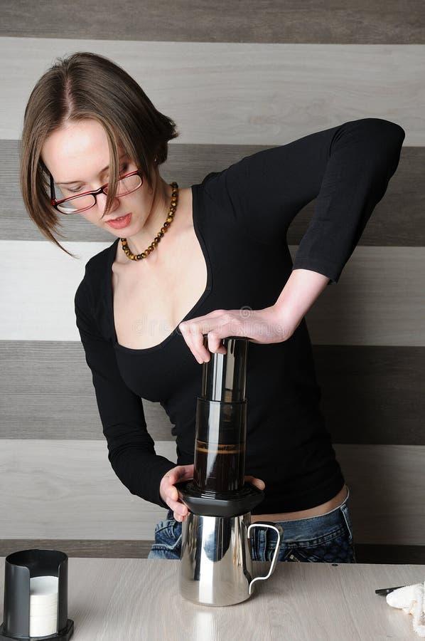 Het maken van verse koffie in Aeropress stock afbeelding