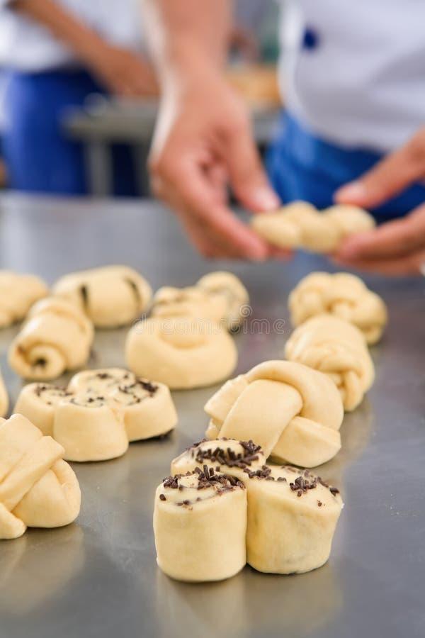 Het maken van zoet brood stock afbeelding