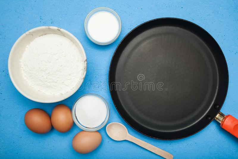 Het maken van zoete pannekoeken, ingrediënten Eigengemaakt ontbijt stock foto