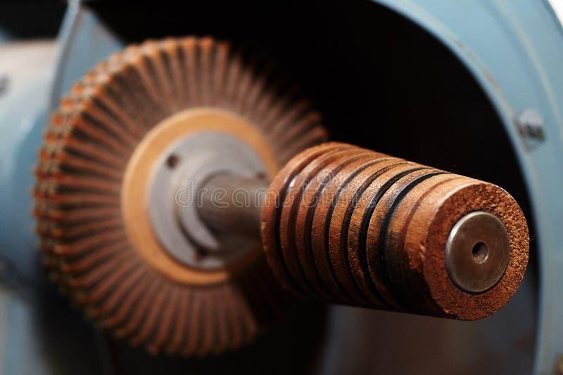 Het malen en malenmachine voor leerdelen, die in de productie van schoenen, handtassen worden gebruikt stock foto