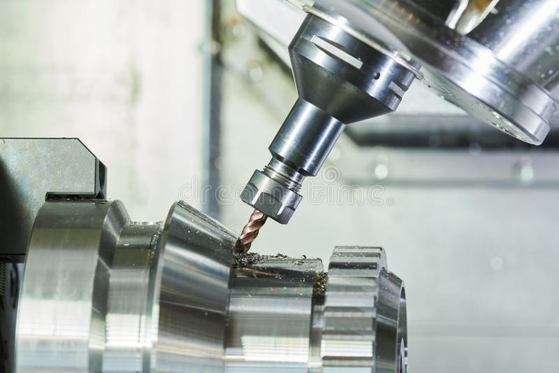Het malen metaalbewerkend proces Industrieel CNC metaal die door verticale molen machinaal bewerken Koelmiddel en smering royalty-vrije stock foto's