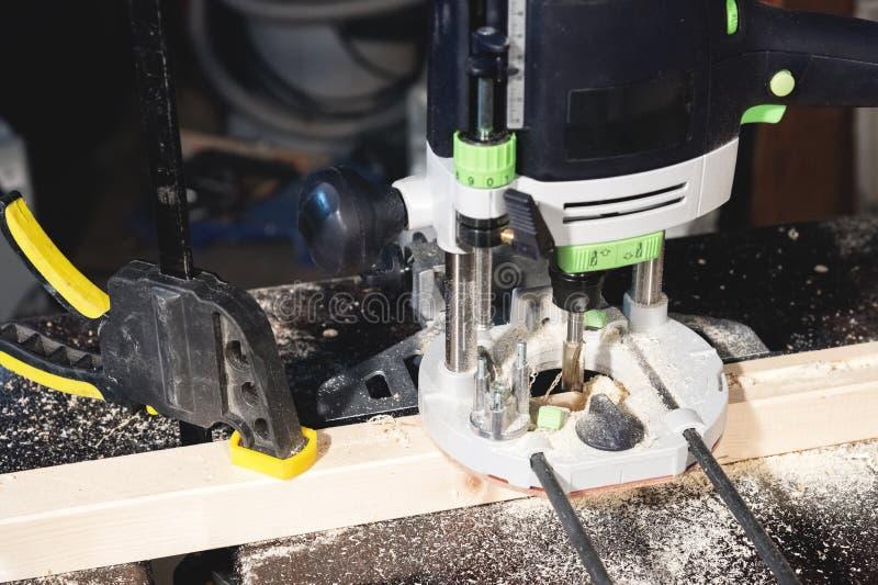 Het malenmachine van de close-up elektrische router in een donkere ruimte van een workshop van de huisambacht royalty-vrije stock foto