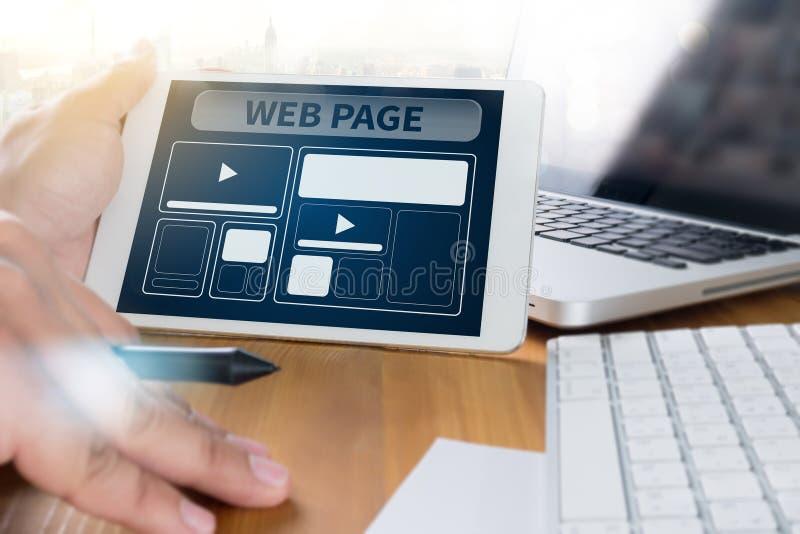Het Malplaatje van het Webontwerp en Web-pagina Close-up van laptop met Di wordt geschoten dat stock fotografie