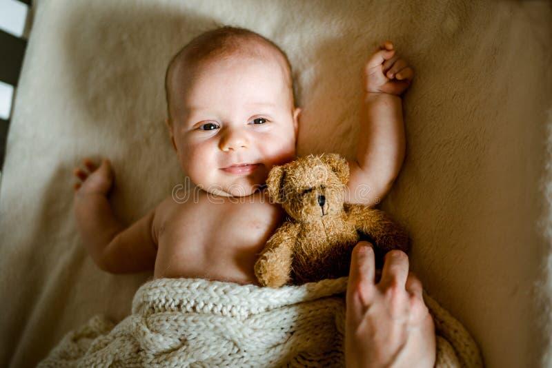 Het mamma bepaalt de baby aan slaap beschuttende deken royalty-vrije stock fotografie