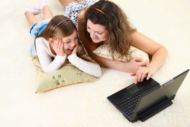 Het mamma en de dochter brengen samen tijd door royalty-vrije stock foto's