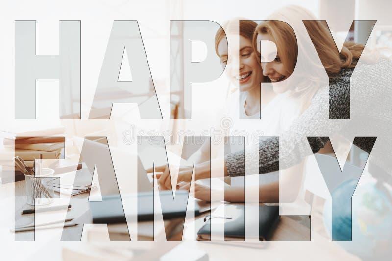 Het mamma en de dochter letten op iets op laptop stock afbeelding