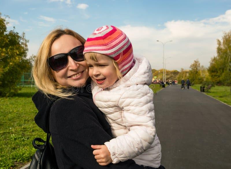 Het mamma en de dochter lopen in het park stock fotografie