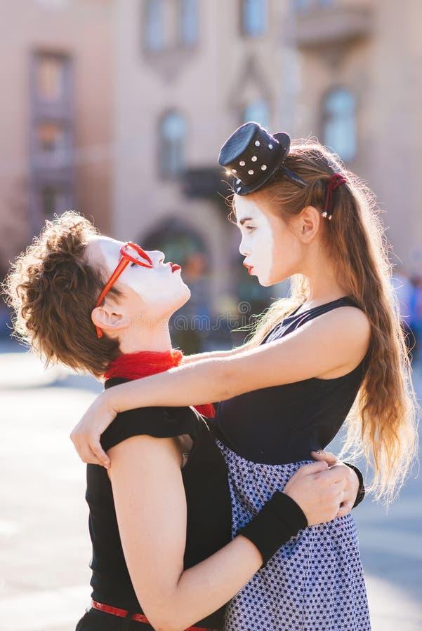 Het mamma en de dochter omhelzen op de straat stock foto's