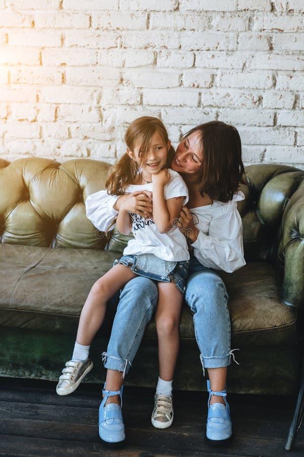 Het mamma en haar meisje hebben pret op de laag stock afbeeldingen