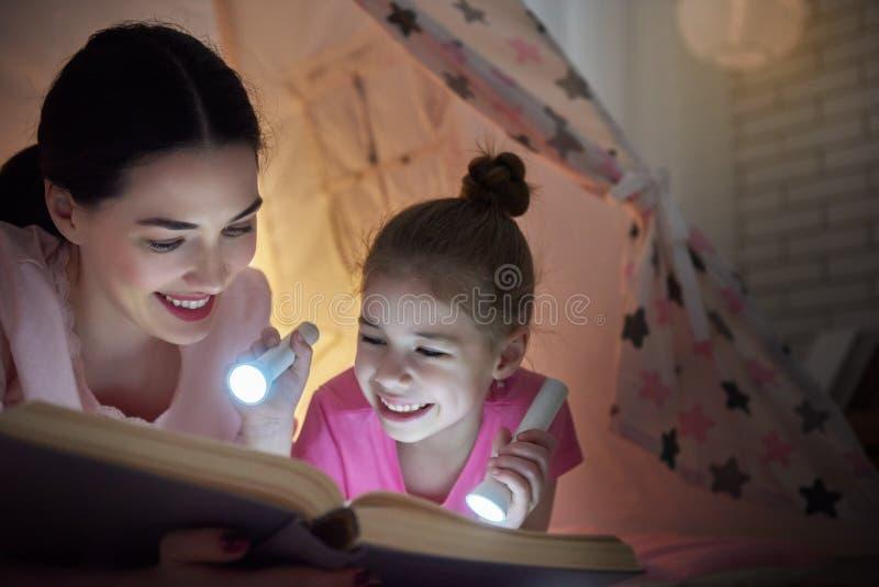 Het mamma en het kind lezen boek royalty-vrije stock afbeeldingen