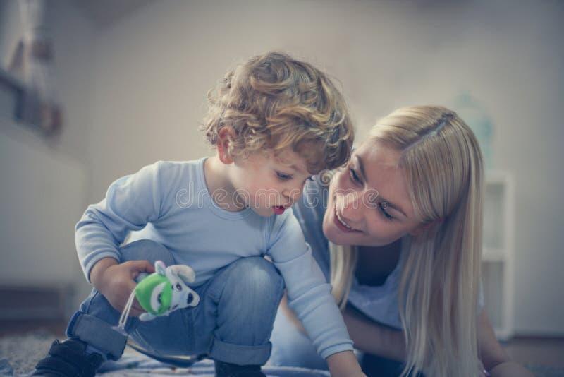 Het mamma heeft spel met me Weinig babyjongen royalty-vrije stock afbeeldingen