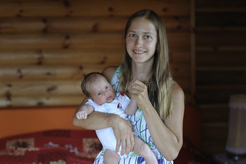 Het mamma koestert haar baby in haar wapens royalty-vrije stock afbeeldingen