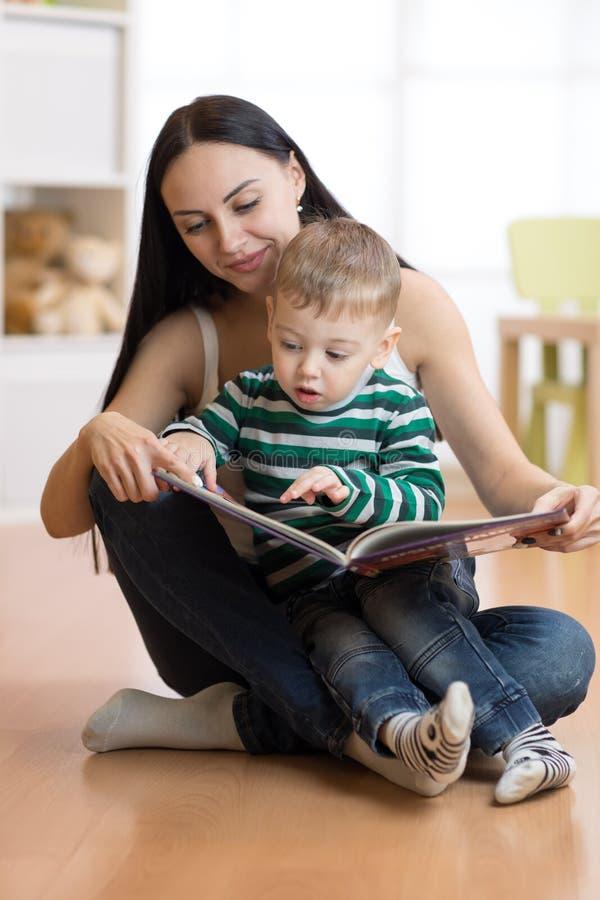 Het mamma leest met een kind stock foto