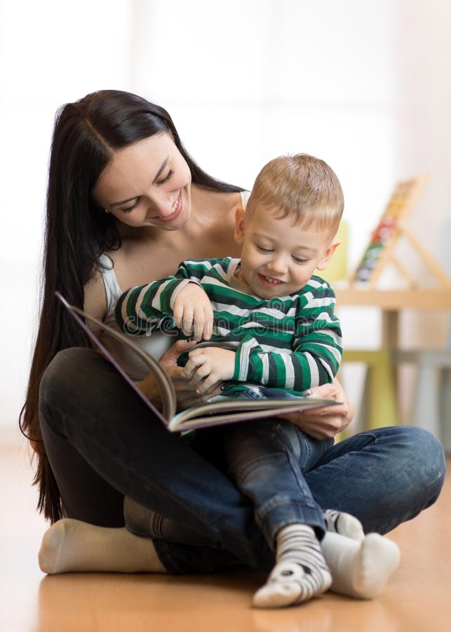Het mamma leest met jong geitje royalty-vrije stock fotografie
