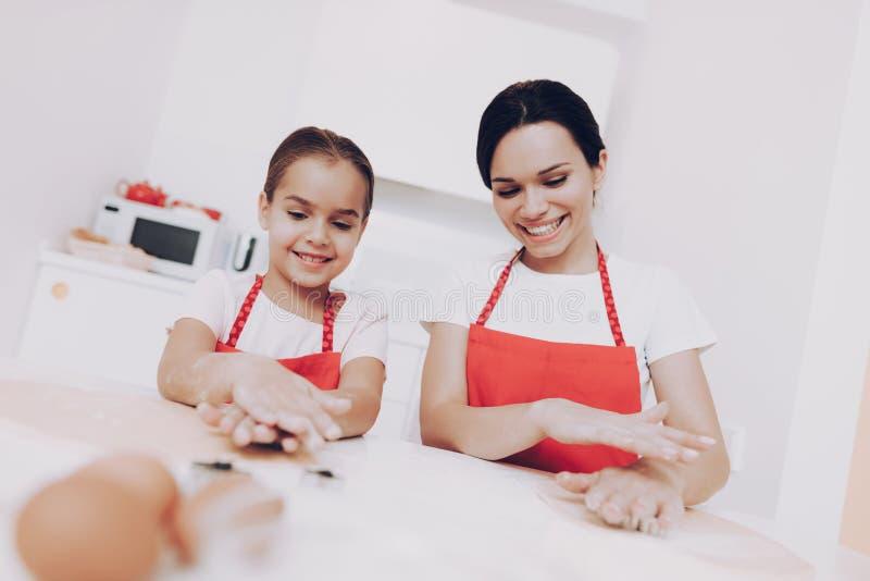 Het mamma onderwijst Dochter hoe te Cook Meisje met mamma stock afbeelding