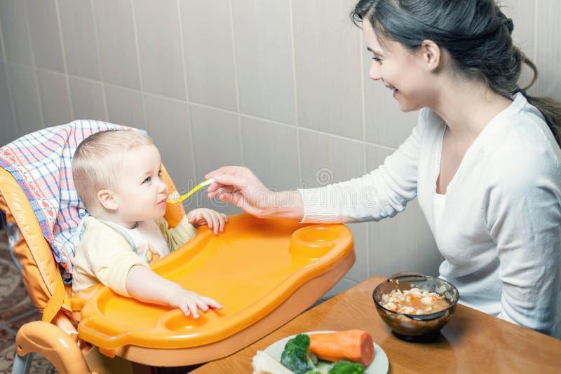 Het mamma voedt de babysoep Gezond en natuurlijk babyvoedsel stock afbeeldingen