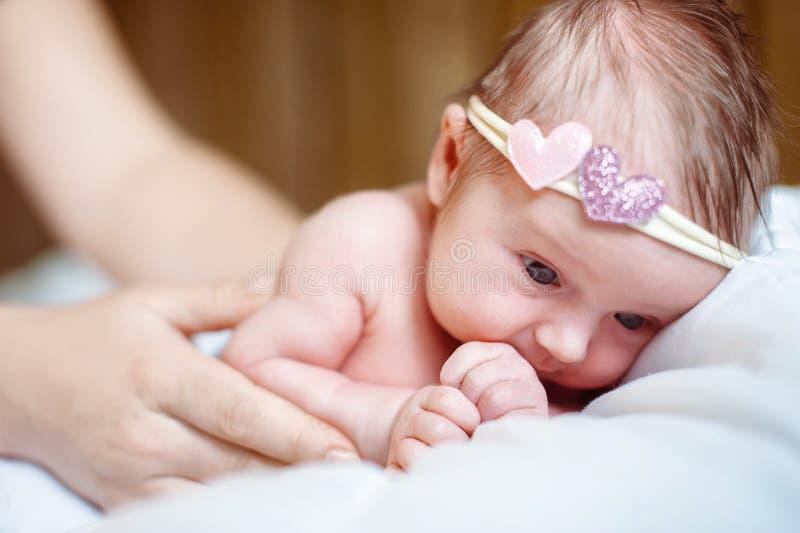 Het mamma zet een pasgeboren babymeisje aan slaap royalty-vrije stock foto's