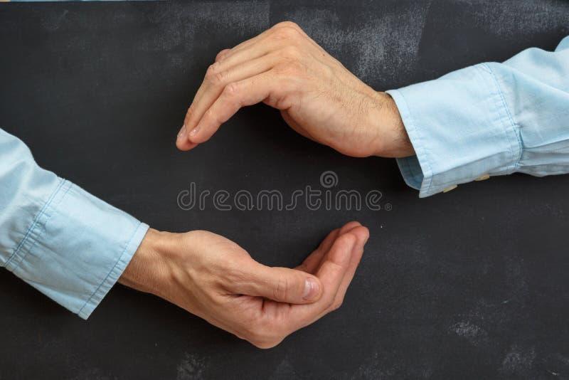 Het Man hand gesturing op donker bord met exemplaar-ruimte stock afbeelding