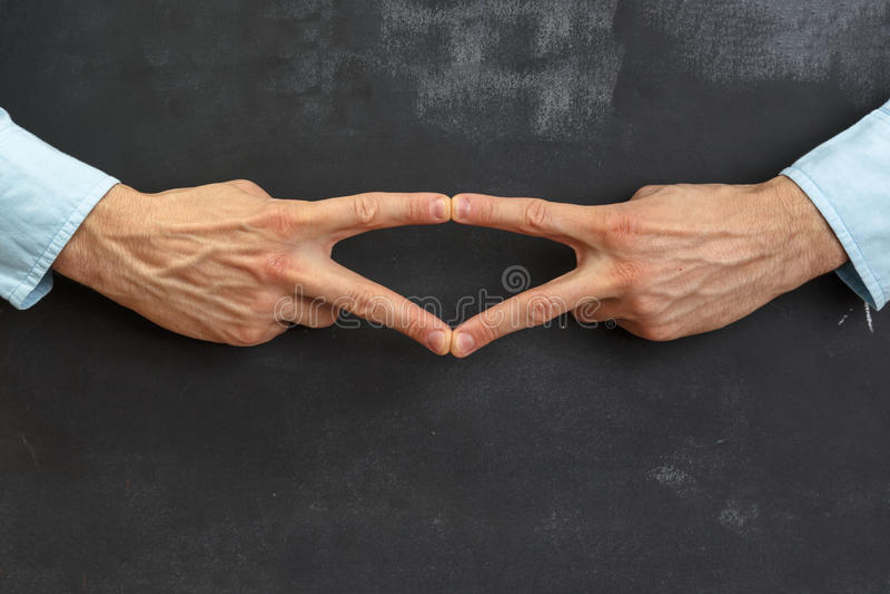 Het Man hand gesturing op donker bord met exemplaar-ruimte royalty-vrije stock fotografie