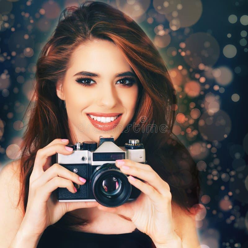Het maniermeisje maakt een foto selfie bij uitstekende camera royalty-vrije stock afbeelding