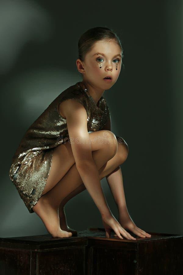 Het manierportret van jong mooi tienermeisje bij studio royalty-vrije stock foto's