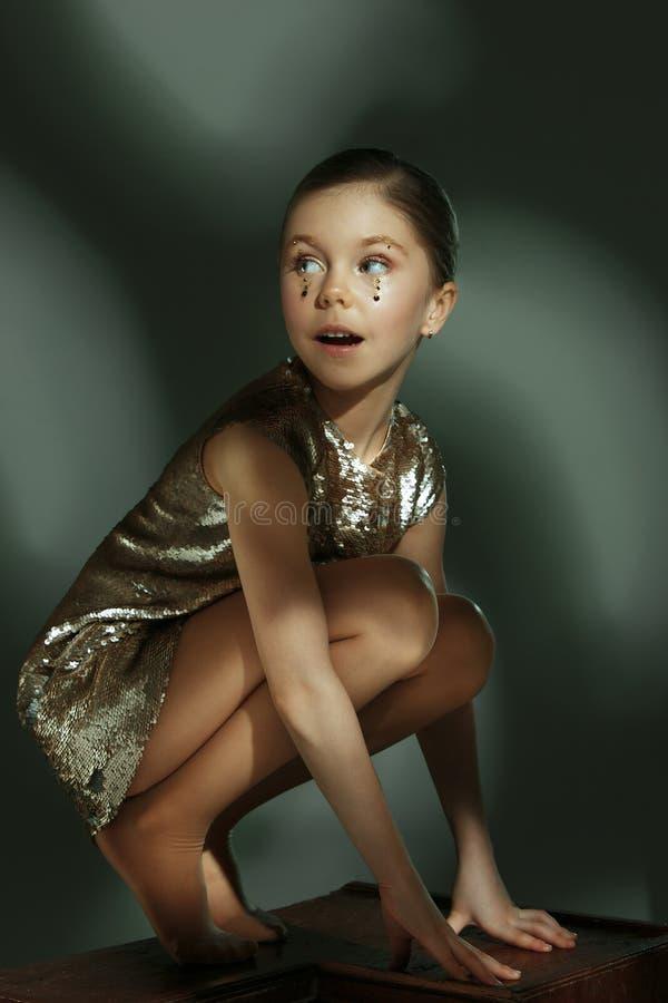 Het manierportret van jong mooi tienermeisje bij studio stock afbeeldingen
